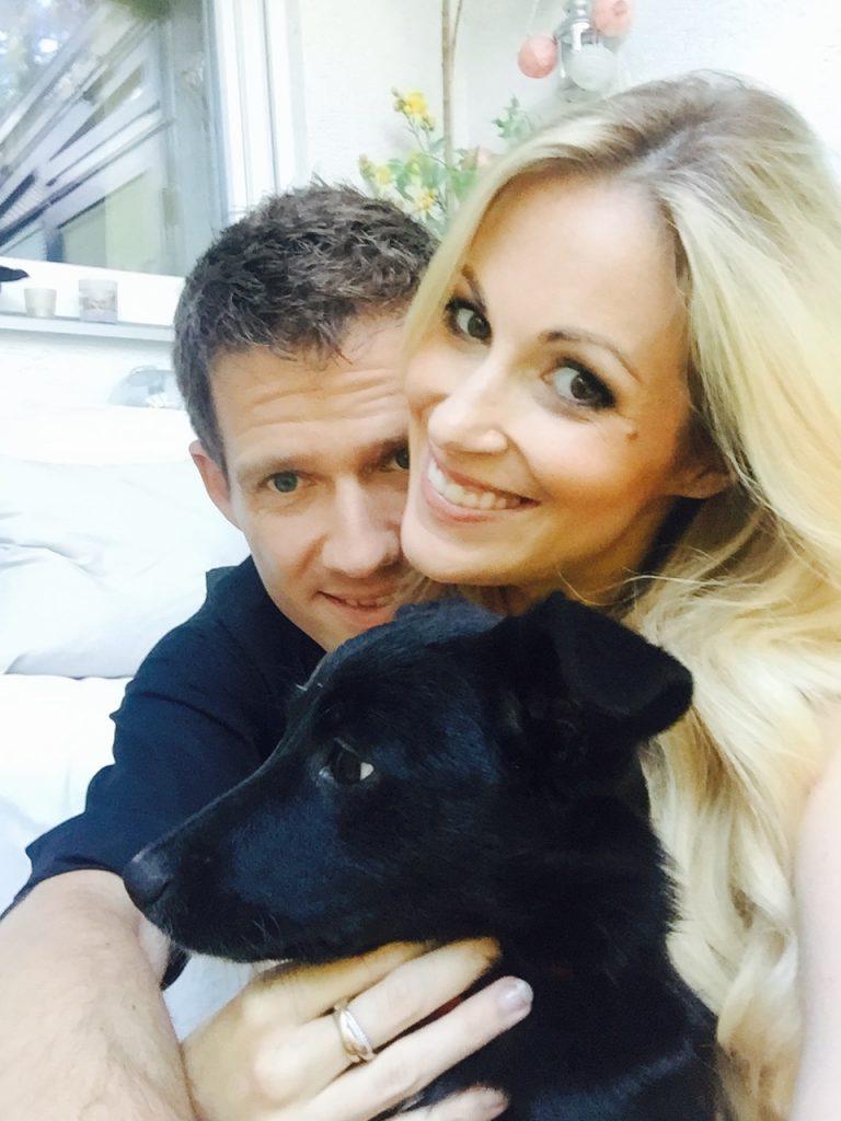 Andrea mit ihrem Mann Sébastien und Hund Gypsy