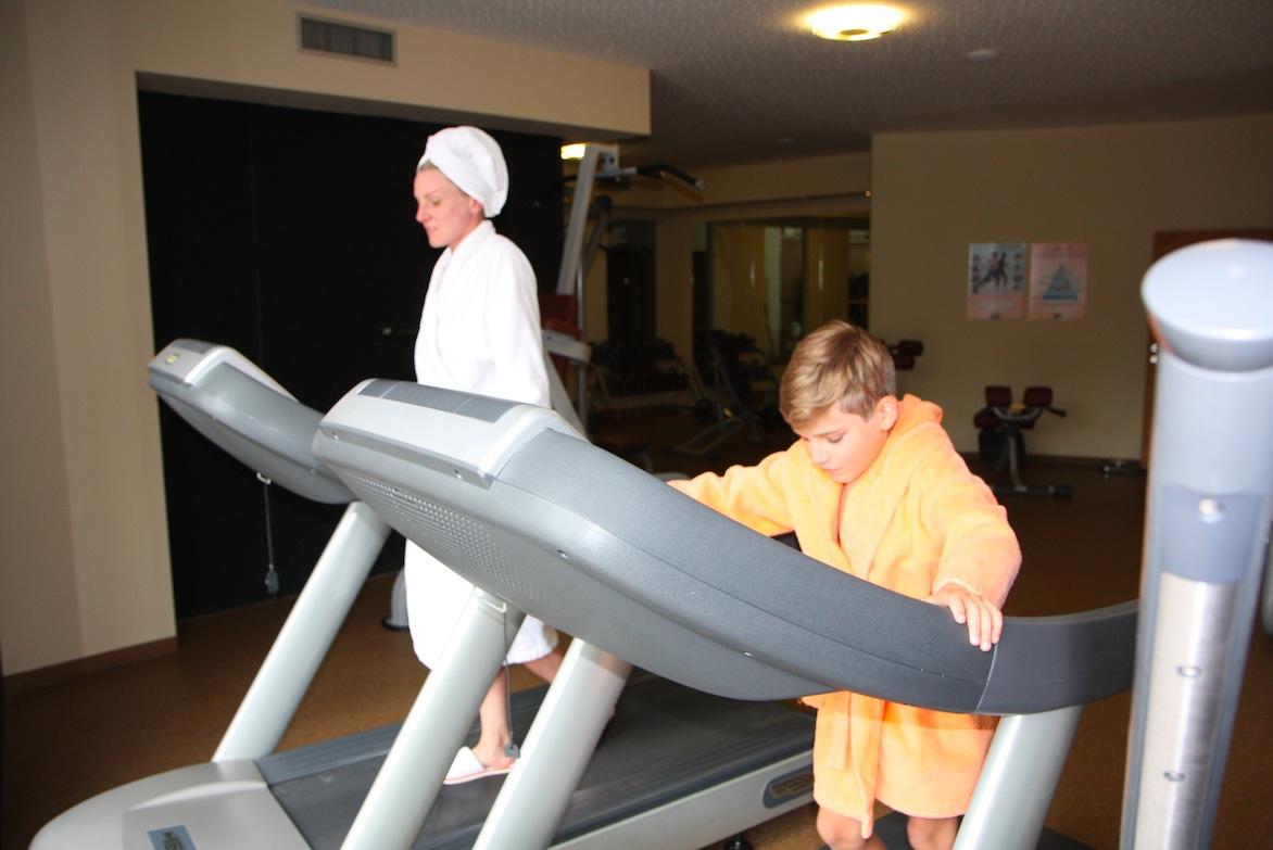 Fitness - total easy in Bademantel und Latschen (nur fürs Foto)